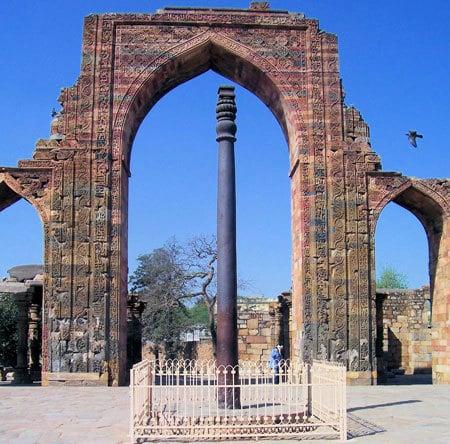 Железная колонна в Дели. Кутубова колонна