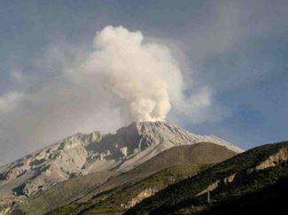 Активность вулкана Убинас в Перу
