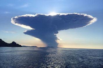 Извержение вулкана Сангинг Апи в Индонезии 29 июня 2015