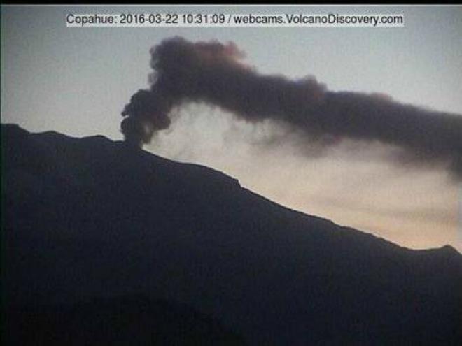 Выбросы пепла на вулкане в Чили 22 марта 2016