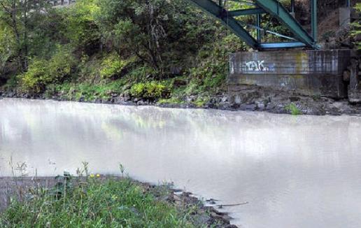 Изменение цвета реки Калама в октябре 2015