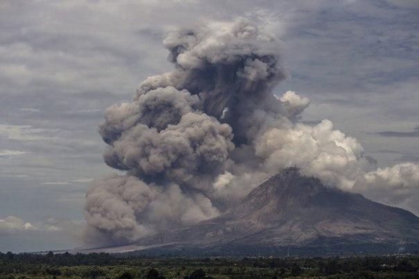 Извержение вулкана Синабунг на острове Суматра, июнь 2015