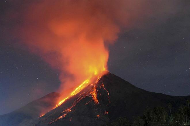 Извержение вулкана на острове Сиау 15 ноября 2015