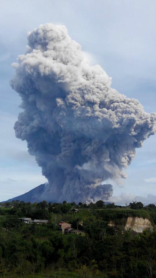 Извержение вулкана на острове Суматра 15 сентября 2015