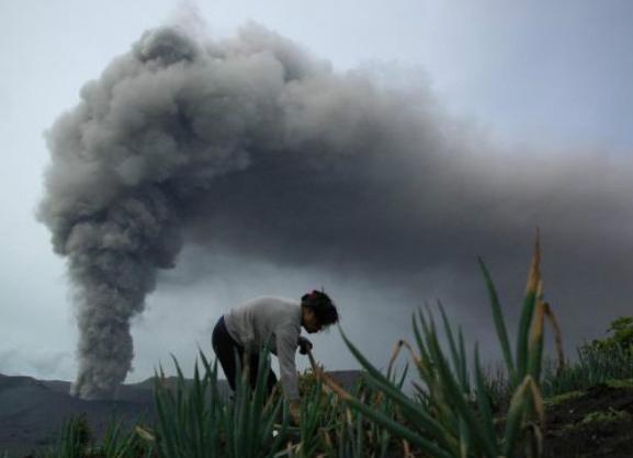 Извержение вулкана в Индонезии 15 декабря 2015