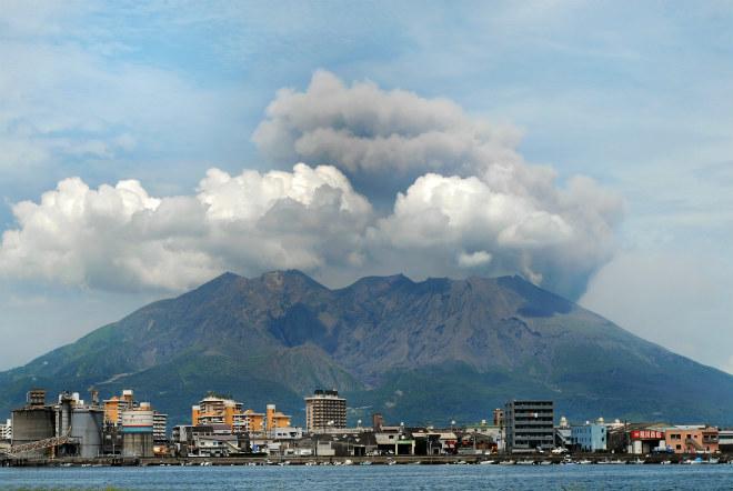 Извержение вулкана в Японии 13 апреля 2016