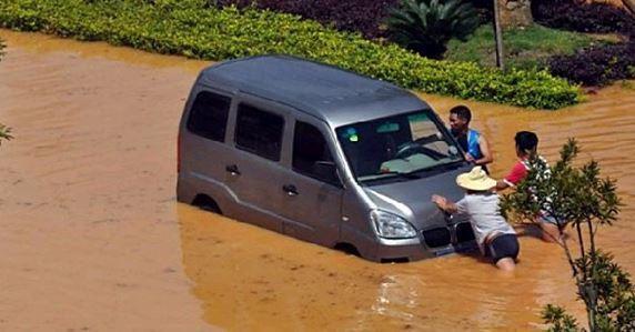 Сильные дожди в Китае продолжаются