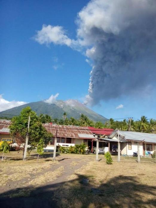 Извержение вулкана на острове Тернате 08 сентября 2015