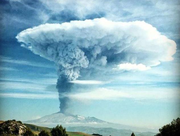 Извержение вулкана в Италии 03 декабря 2015