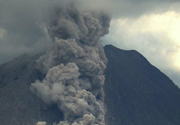 Извержение вулкана в Индонезии 10 января 2016