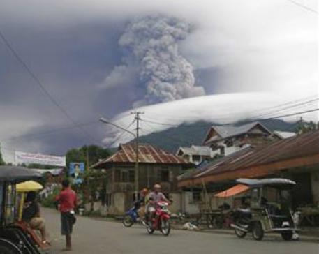 Извержение вулкана в Индонезии 04 января 2016