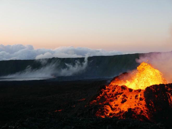 Извержение вулкана на острове Реюньон 17 октября 2015