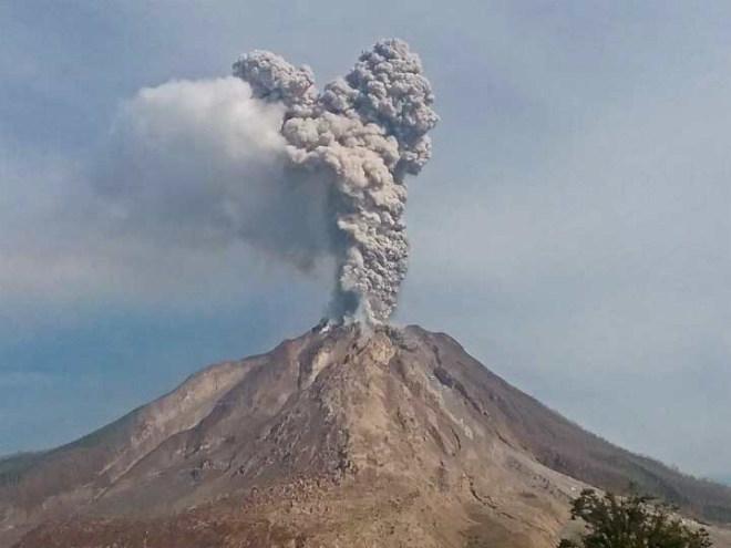 Вулкан Синабунг вновь свирепствует