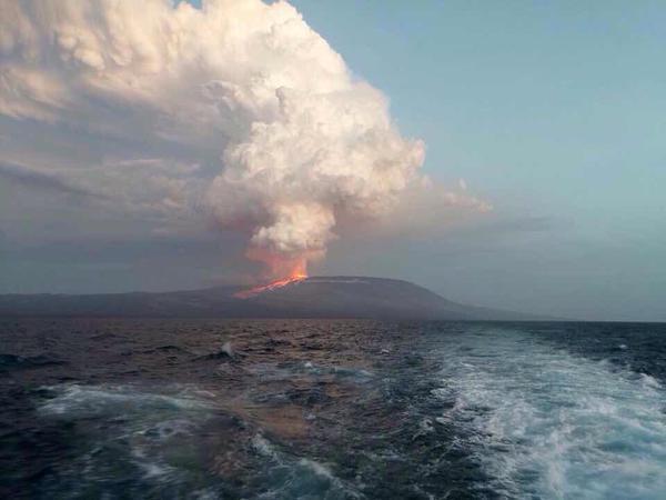 Мощное извержение вулкана Вольф на Галапагосских островах, 25 мая 2015